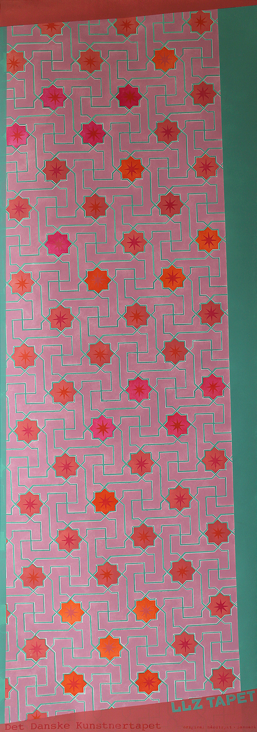 Willumsen og Alhambramønstret 11. Original håndtrykt på kraftig nonwoven tapetpapir med plastmaling. Måler 56 x 160 cm. Prisen er 1.700,-