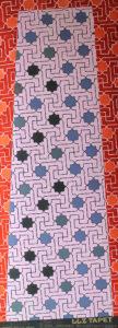 Willumsen og Alhambramønstret 9. Original håndtrykt på kraftig nonwoven tapetpapir med kompositionsfarver. Måler 56 x 160 cm. Prisen er 2.300,-